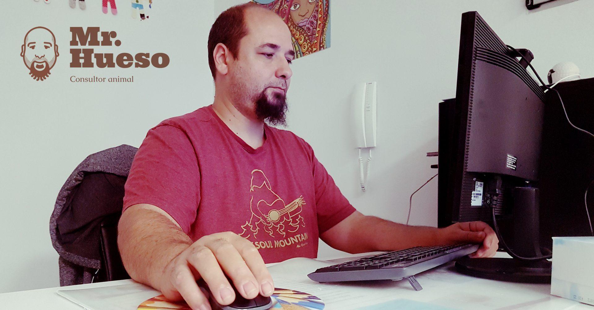 Mr. Hueso realizando una sesión online por videoconferencia