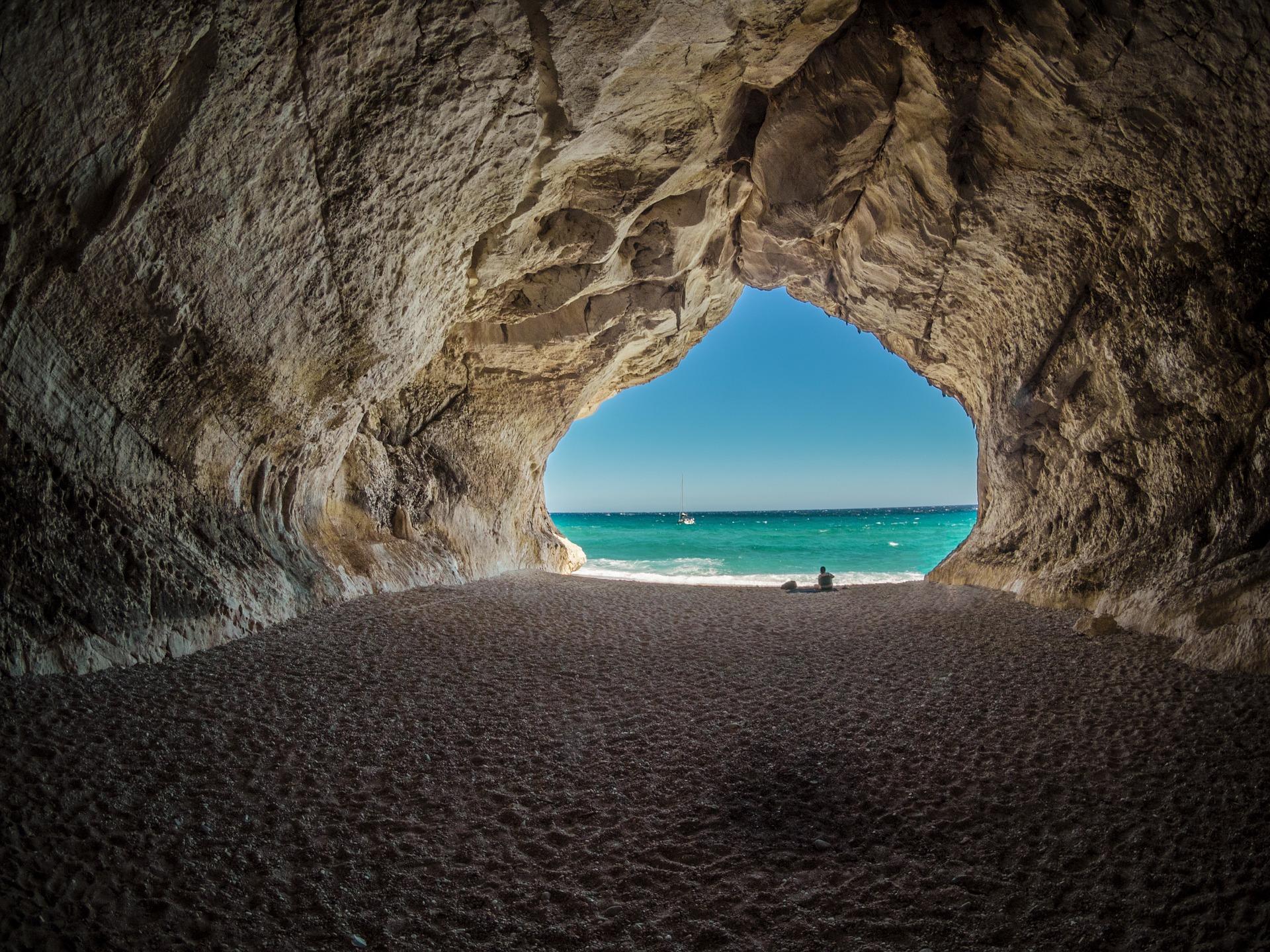una cueva con una playa al final