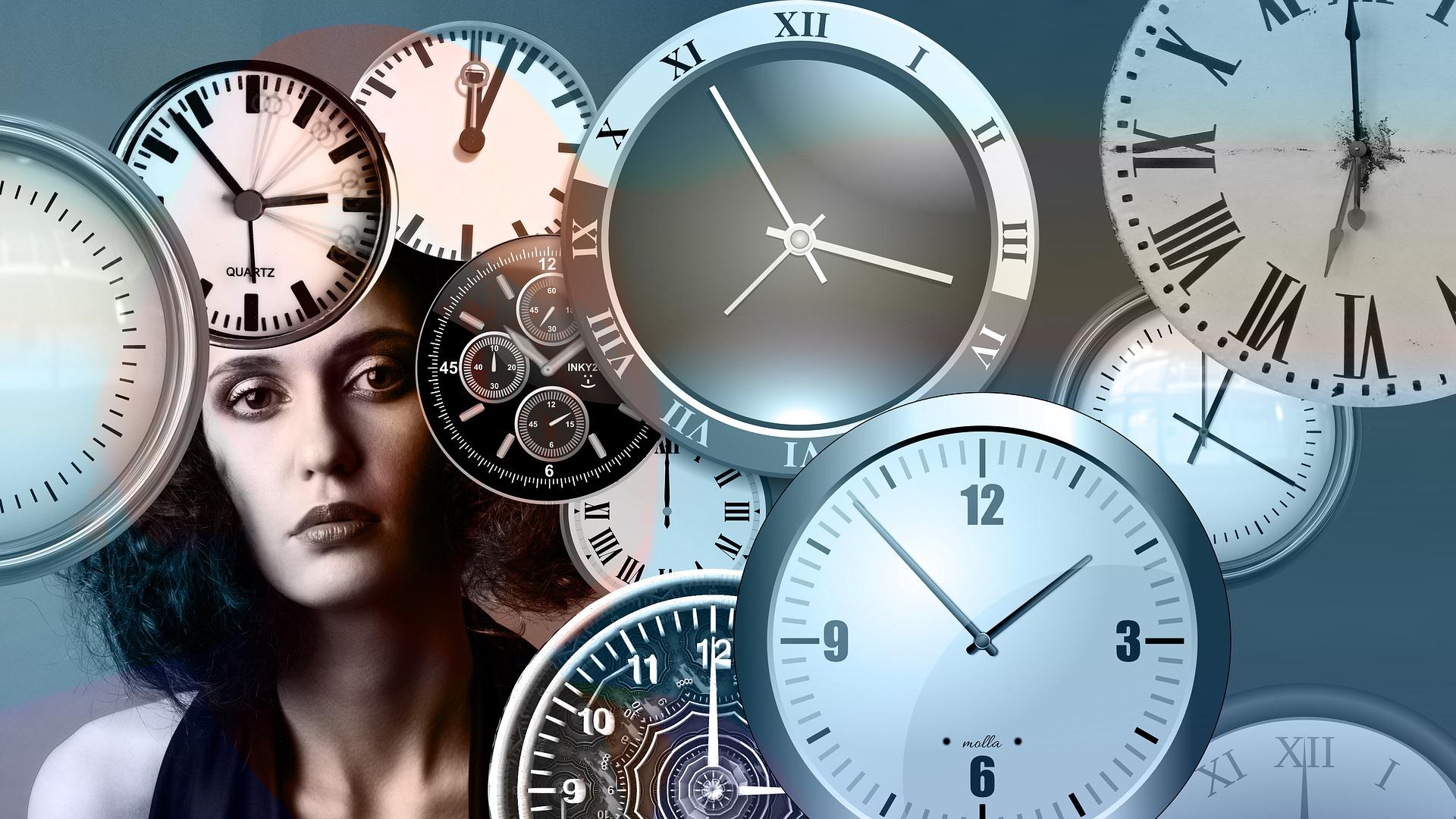 muchos relojes a horas distintas