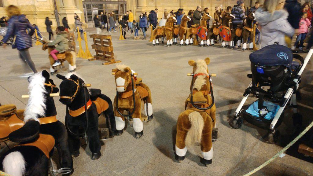 Niños y niñas montando en ponys ficticios Zaragoza