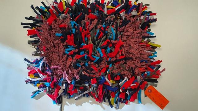 alfombra olfativa de colores variados, mide 33 por 38cm y cuesta 45€, etiqueta naranja