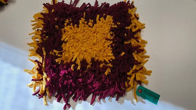 alfombra de colores amarillo y violeta, de 33 por 38 cm, 45€, etiqueta verde