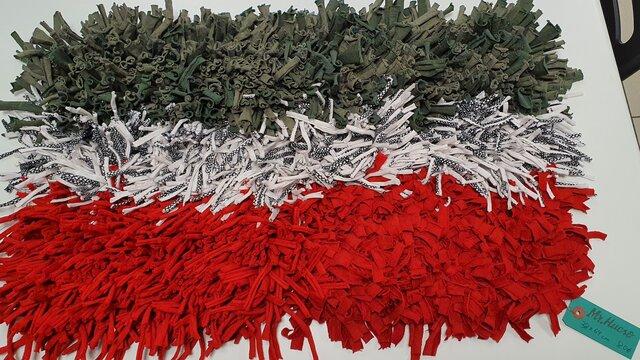 alfombra olfativa doble tamaño de colores gris, blanco y rojo, mide 38 por 64 cm y cuesta 80€, etiqueta verde