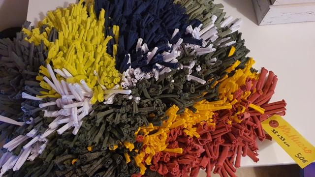 38dm x 33cm 50€ de colores gris, amarillo, rojo, blanco y azul