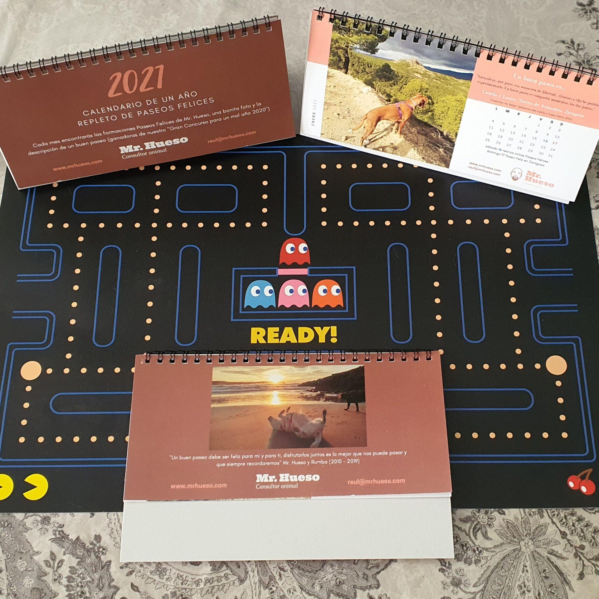 varios calendarios sobre un salvamanteles del juego pacman, representando que este año vamos a luchar contra virus y problemas para conseguir ser felices