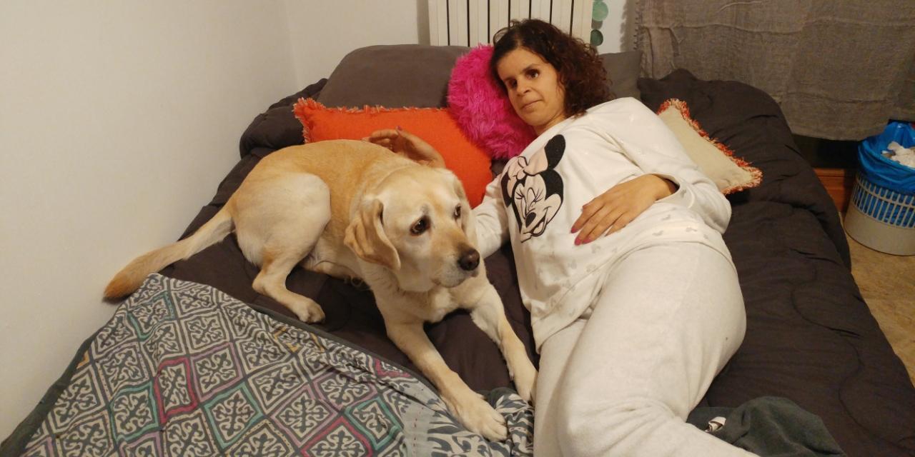 Muriel y Ana tumbadas en la cama, en casa de Mr. Hueso