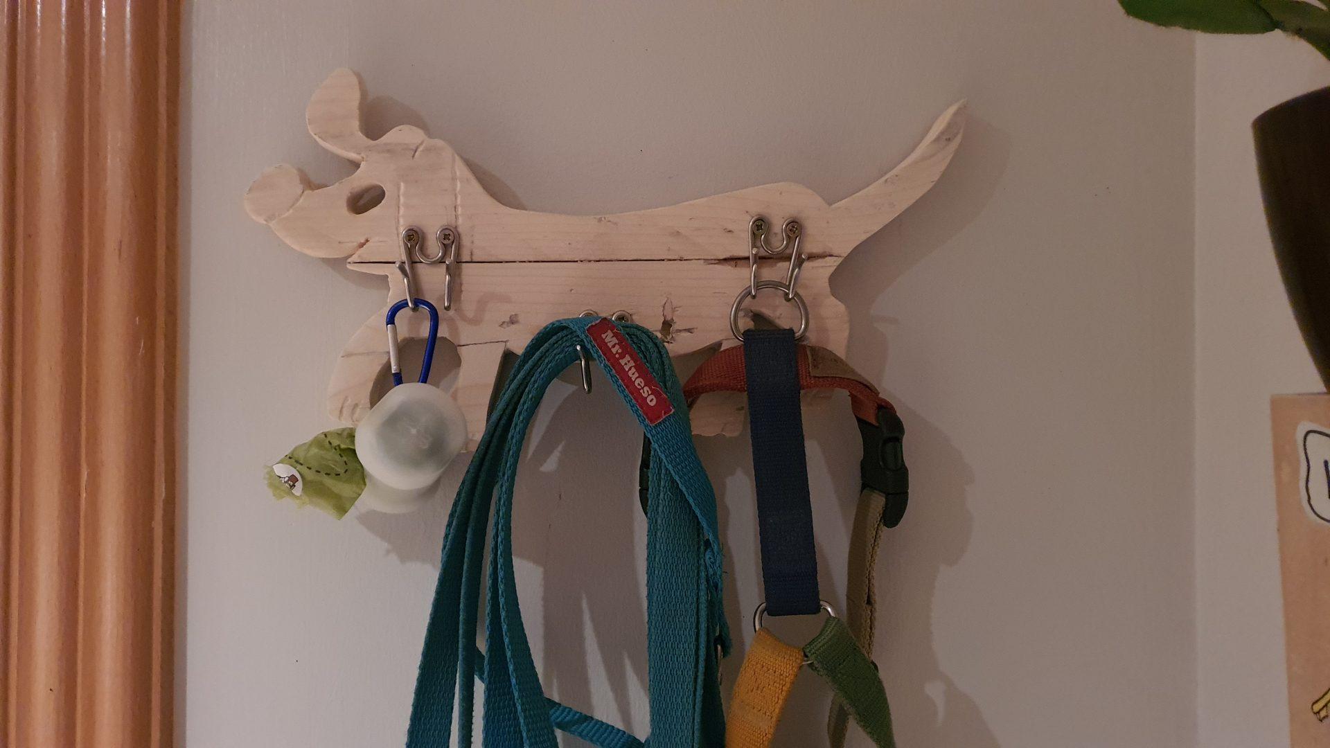 percha con silueta de perro y 3 eslabones de collar de pinchos como perchas